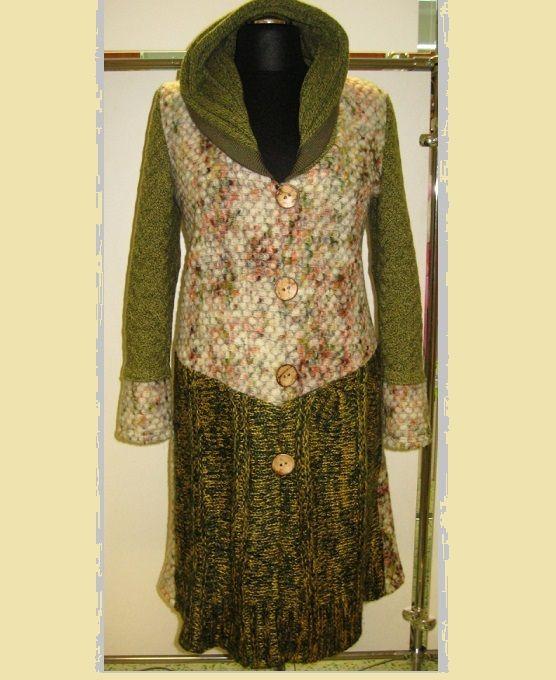 Kabát Kabát je ušitý kombinací pleteniny a úpletu. Velikost 42-44. V prodeji pouze tento kus.