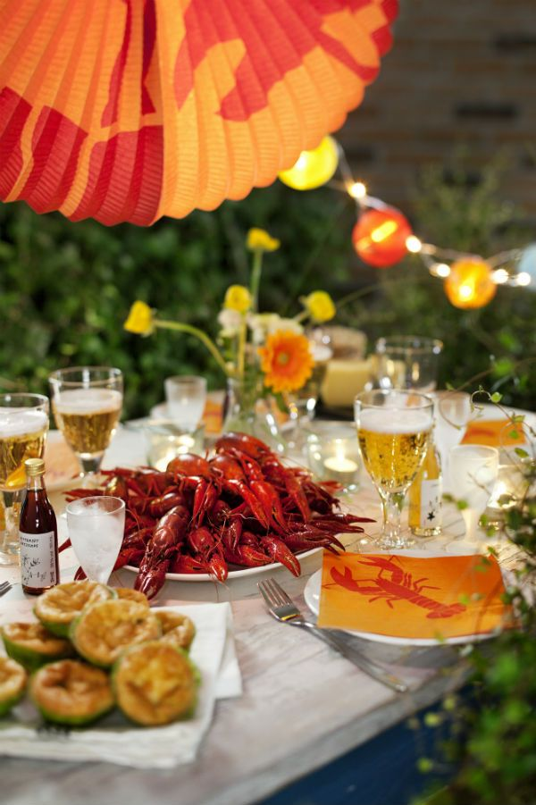 Crayfish are an essential element of any Midsummer celebration. You can celebrate like the Swedes with the KRÄFTSKIVA FESTPAKET, which includes crayfish hats, crayfish bibs, crayfish napkins, crayfish garland and songbooks.