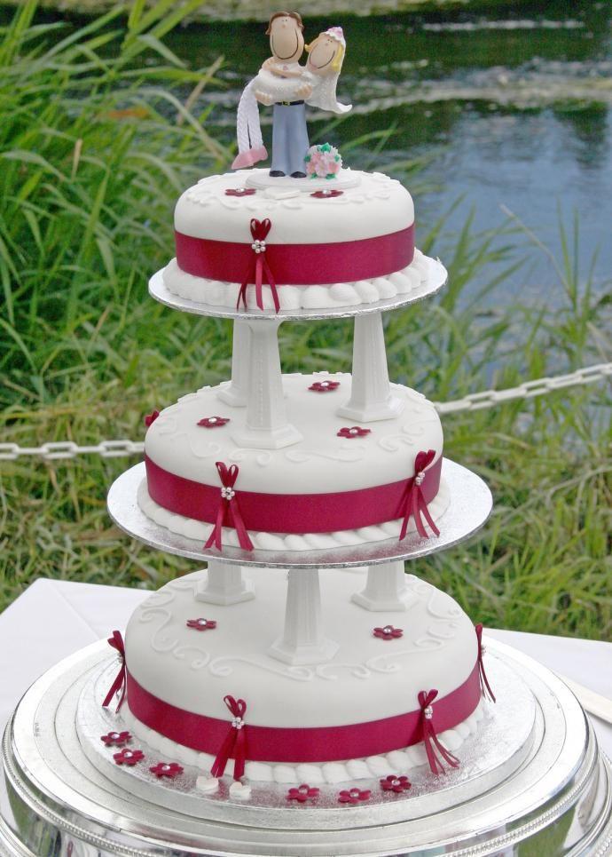 Tre etasjers bryllupskake med morsomt brudepar  http://kakene.no