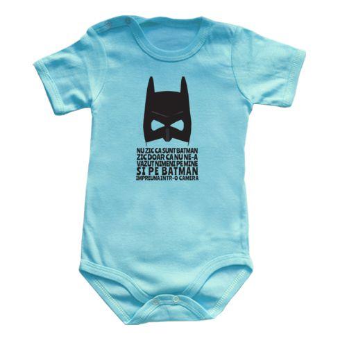 """Body bebe cu masca lui Batman si un mesaj funny """"Nu zic ca nu sunt Batman, zic doar ca nu ne-a vazut nimeni pe mine si pe Batman impreuna intr-o camera"""""""