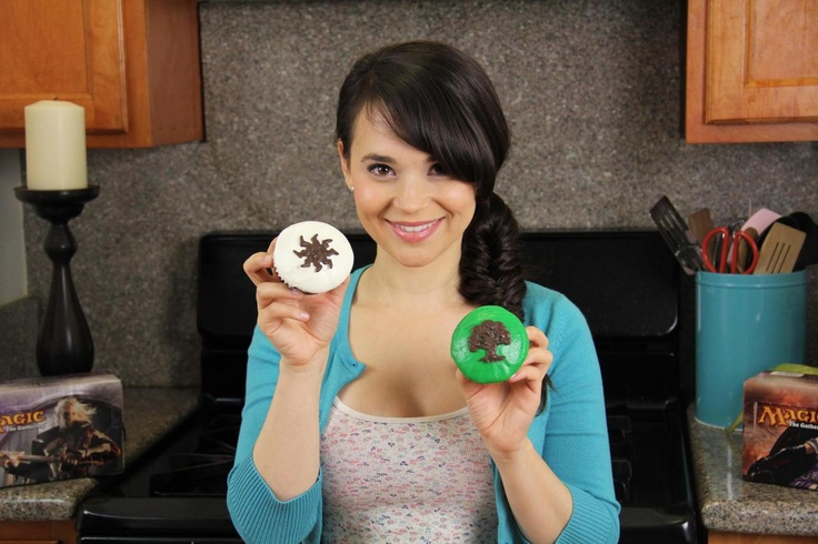 Magic: The Gathering cupcakes!  What would green taste like? #GeekandSundry #MTG