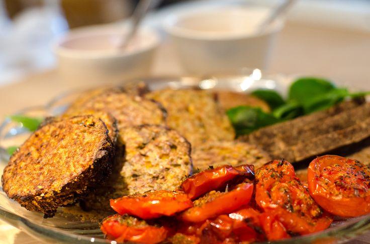 Lette quinoabøffer med bagte tomater