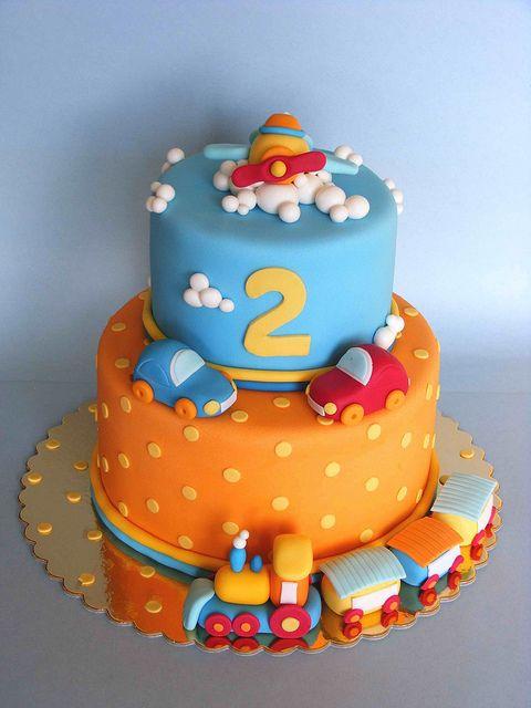 Este pastel de 2º cumpleaños decorado con avión, coches y tren es ideal…