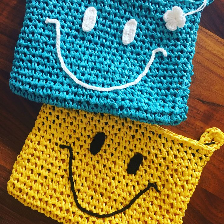 paperyarn crochetted smiley designed pouch
