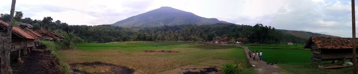 Pemandangan Gunung Ciremai, Kampung Kambing, pematang sawah, and The Kulinesia Team!