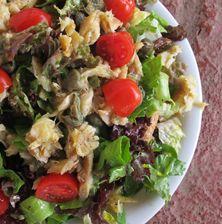 Πλούσια σαλάτα που συνδυάζει την φρεσκάδα των λαχανικών με την δυνατή και μυρωδάτη γεύση από το σκουμπρί. Η σάλτσα δίνει ένα ξεχωριστό τόνο λόγω της υπόγλυκιας γεύσης που δένει εξαιρετικά με το ψάρι. Συνδυάστε την με όσπρια και λαδερά