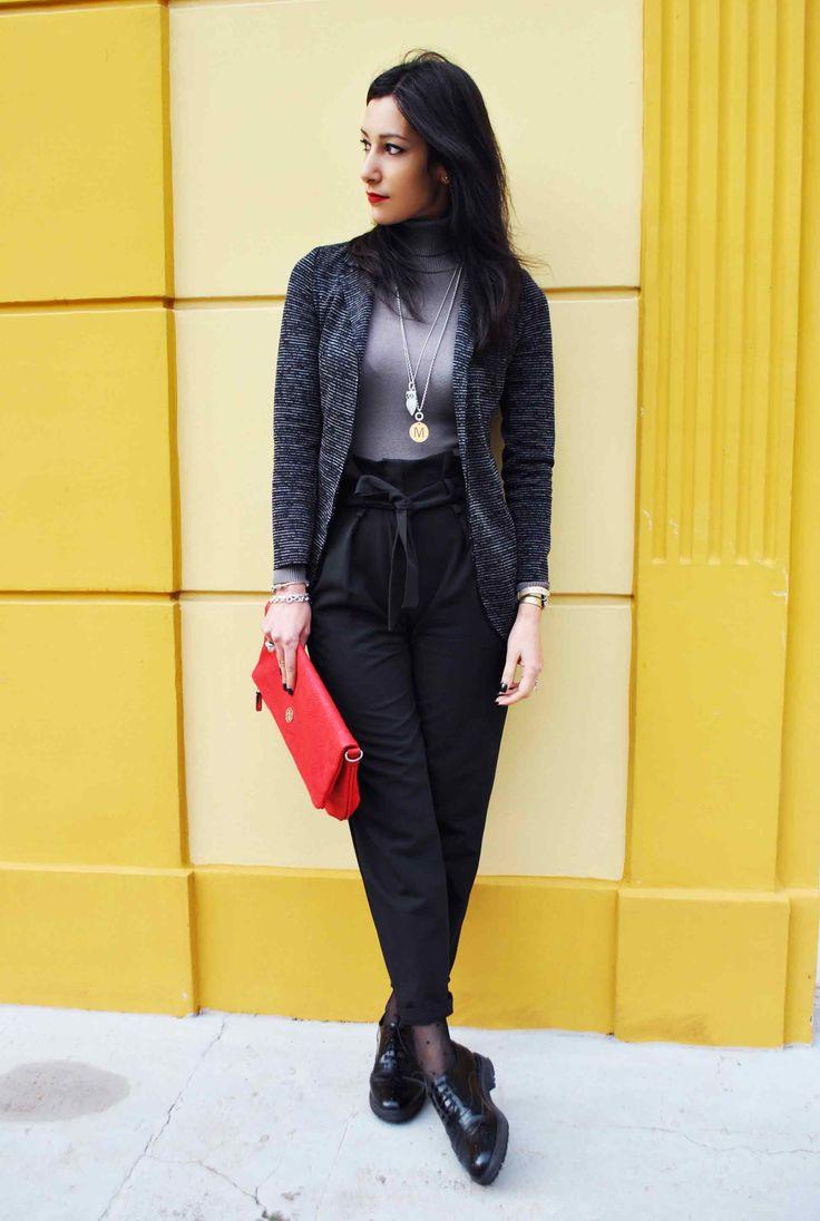 Pantaloni a vita alta, easy chic, high waist pants, oxford shoes, stringate, francesine, blazer, gain, clutch grande, pochette, rossa, ootd, look, moda Inverno 2016, fashion, trend chic - outfit fashion blogger Heels Allure by Marianna Farese