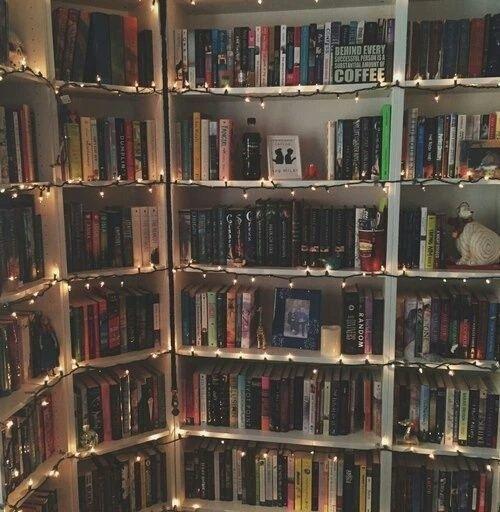 ¿Tienes una biblioteca en tu cuarto? Nada más genial que decorar de esta forma un espacio con libros. | 16 Geniales ideas para decorar tu habitación con pequeñas lucecitas