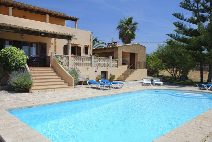 Schöne Villa, luftig und lichtdurchflutet mit überdachten Terrassen und einem großen Garten mit