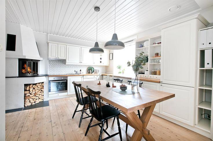Velkommen til Bergensgata og denne koselige 3-R leiligheten i populære Bjølsen Borettslag! <br /><br />Særpreg og god atmosfære preger denne leiligheten. Fine detaljer som tregulv, god takhøyde og ikke minst vedfyring er med på å skape hyggelig stemning. Kjøkkenet er lyst og sjarmerende med plass til stort spisebord. Den klassiske gården er i fra 1925 og borettslaget er kjent for sine 3 herlige bakgårder. Leiligheten ligger i en høy 1. etasje med det største soverommet u...