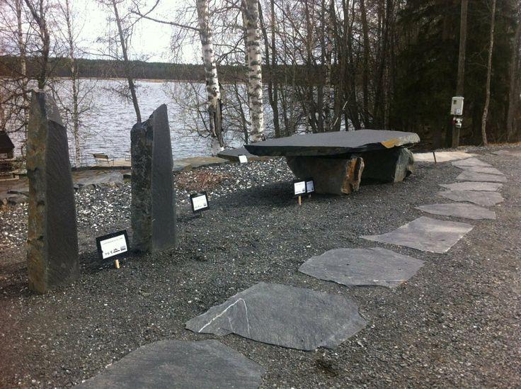 Askelkivipolku, luonnonkivipollareita ja luonnonkivipenkki Viinijärven Kiven myyntinäyttelyssä.