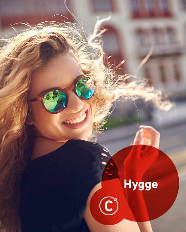 """Duńczycy są na czele listy najszczęśliwszych narodów na świecie. Pytani o sekret takiego stanu rzeczy odpowiadają """"hygge"""". Hygge to sztuka cieszenia się życiem, tworzenia przyjemnego otoczenia składającego się z rzeczy ładnych, niespiesznego bycia w świecie zrównoważonym. Równowaga dotyczy zarówno w kwestii życia zawodowego jak i prywatnego, a pomaga w tym także system pracy. Duńczycy pracują 37 godzin tygodniowo, a wakacje trwają u nich 6 tygodni. W hygge nie chodzi o posiadanie, mimo że…"""