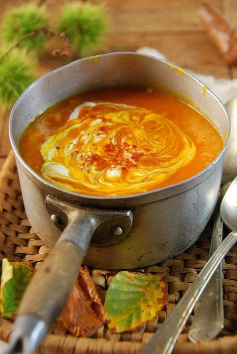 Recette Soupe potimarron tomate  1 potimarron 2 tomates 1 gousse d'ail 1 cuillère à soupe de crème (facultatif) 1 bouillon cube de légumes 1/4 de cuillère à café de piment en poudre Sel et poivre