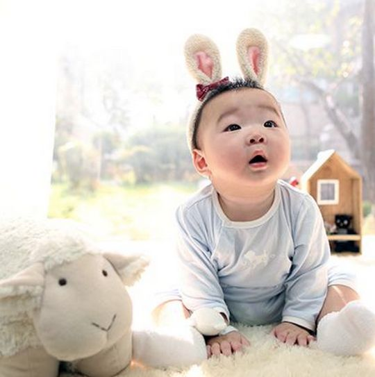 Song Il Gook Sends Lunar New Year Greeting with Adorable Pictures of Triplets: Daehan