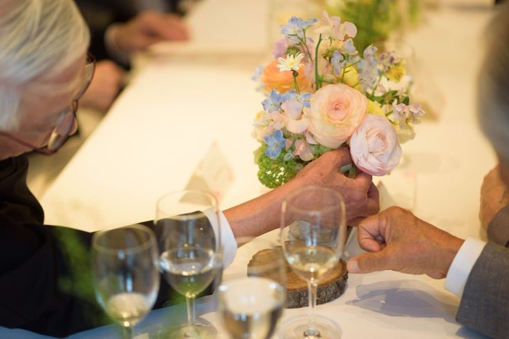 ああ 春の幸せな一日だった、 そう思い返すのは、乃木坂のレストランFEU様の装花、 花嫁様と花婿様からいただいたお写真です。   まだ、窓の...