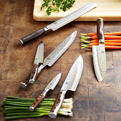 A Shun Premier Tim Mälzer sorozatban a KAI 18 konyhakést és konyhai eszközt fejlesztett  32 rétegű rozsdamentes damaszkuszi acélból. Egy kézzel kalapált felület, amely Japánban Tsuchime eljárásként ismert. Időtlen eleganciát ad a késeknek. A pengék magja VG-10 acél aminek a keménysége 61 ± 1 HRC. Gyönyörű kések!   #KAI #cookknife #szakácskés #japánkés #szakácskés #késvadász