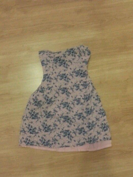 Różowa sukienka w niebieskie kwiaty