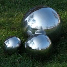 Zilveren decoratieve bal voor in de tuin of vijver Tuindecoraties en tuinaccessoires eenvoudig bestellen in onze webshop met een Mooi Landelijk tintje