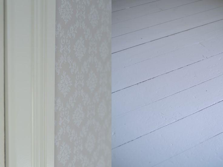 Yläkerran viimeisen huoneen kunnostus alkoi tänä keväänä tästä pisteestä. Tämä oli talon ainoa huone, jossa oli vielä muovimatto ja 70-luvun kangastapetti. Huoneen kattopaneelit maalasimme 6 vuotta…