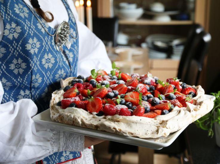 Pavlova er festkake nummer 1! Den er enkel å lage, og kan pyntes med det du har tilgjengelig av frukt og bær. Denne pavlovaen ble laget til 17. mai og marengsbunnen fikk for anledningen et lite hint…