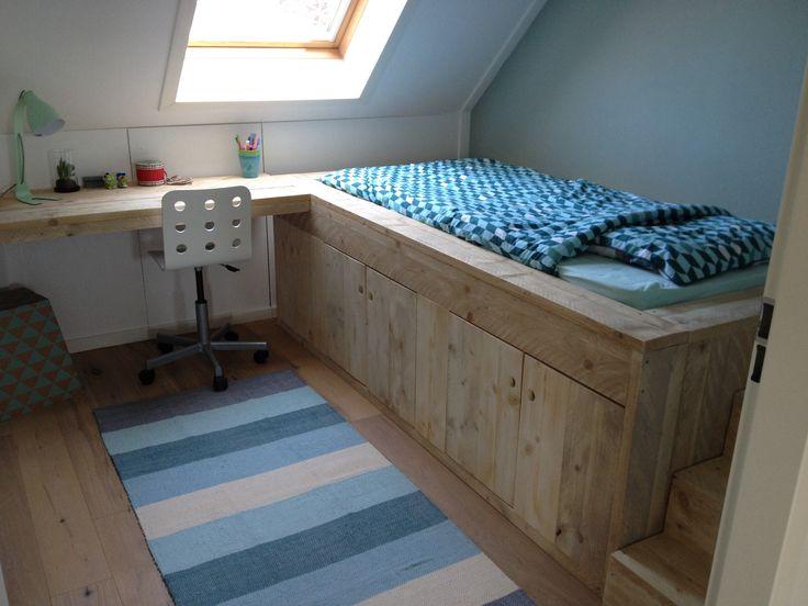 Boys bedroom. Bed van steigerhout met tafel en opbergruimte