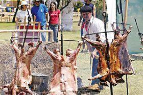 Una de las comidas típicas de la zona austral de nuestro país es el asado de cordero al palo.