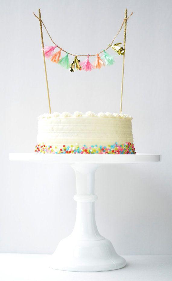 Topo de bolo de mini varal de pompons de papel crepo! Um jeito perfeito de dar um up num bolo simples.
