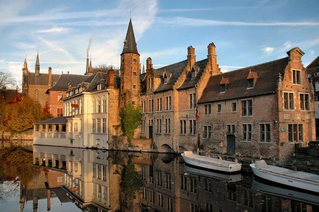 If you set out to design a fairy-tale medieval town it would be hard to improve on central Bruges. Give a trip to this magnificent town with Hotel Gift!