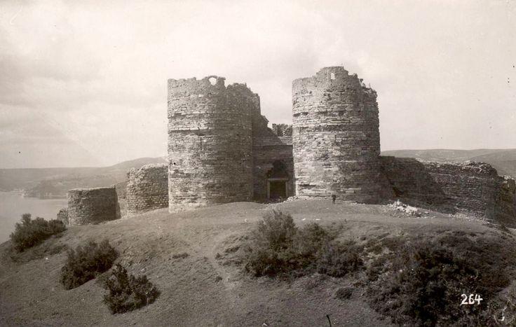 Anadolu Kavağı'nda yer alan ve Ceneviz Kalesi olarak da bilinen Yoros Kalesi'nin 13. yüzyılda Bizans İmparatoru VIII. Mihail Paleologos tarafından yaptırıldığı tahmin edilmektedir. 1305'te Osmanlıların ele geçirdiği kale, 1348'den I. Bayezid tarafından fethedildiği 1391'e kadar Ceneviz hâkimiyetinde kalmış; 14. yüzyıl sonlarında Anadolu Hisarı'nın inşa sürecinde üs olarak kullanılmıştır. 2010'da arkeolojik kazı çalışmalarının başlatıldığı yapı, 2013'te UNESCO Dünya Mirası Geçici Listesi'ne…
