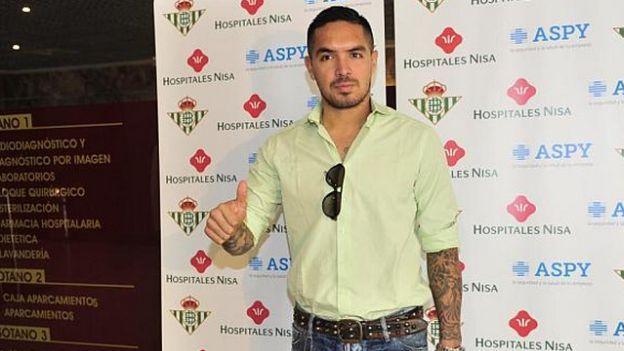 Juan Vargas pasó con éxito los exámenes médicos en el Real Betis