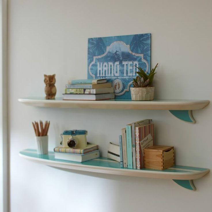 bibliothèque et chambre d'ado avec planche de surf