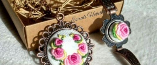 Brezilya nakışı pembe çiçekli madalyon kolye takımı