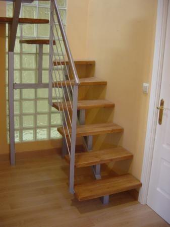 escaleras madera y hierro poco espacio