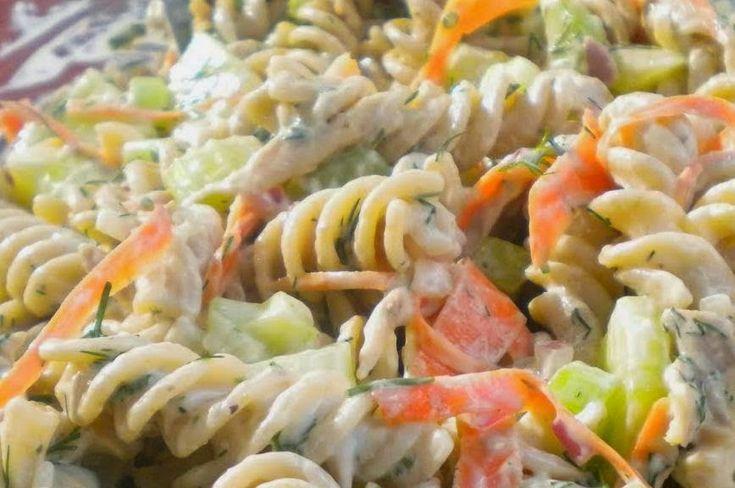 υλικά  για την σαλάτα:  250γραμμάρια τριβελάκι ολικής άλεσης  1/2 στήθος κοτόπουλο  1 πράσινη ψιλοκομμένη πιπεριά  1 καρότο κομμένο σε λεπτές λωρίδες  100γραμμάρια καλαμπόκι  λίγες πίκλες ψιλοκομμένες  για την σώς:  200γραμμάρια γιαούρτι  1 κουταλιά σούπας μαγιονέζα με χαμηλά λιπαρά  1/2 κουταλιά μουστάρδα  1/2 κουταλιά άνηθο  αλάτι  πιπέρι    ΕΚΤΕΛΕΣΗ  Βράζουμε τα ζυμαρικά σε