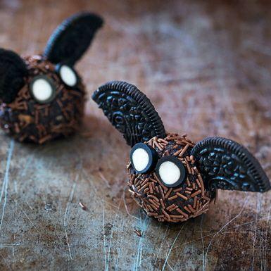 Ute efter ett ätbart pyssel till halloween eller spökkalaset? Testa dessa fladdermöss som du gör på dina favoritchokladbollar, strössel, oreokakor och godisremmar. Visst blir de söta – i dubbel bemärkelse! Perfekt att göra tillsammans med barnen.