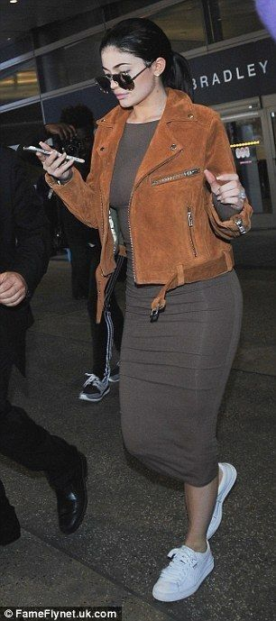 Kylie Jenner flashes diamond sparkler as touches down in LA - Kylie Jenner Style
