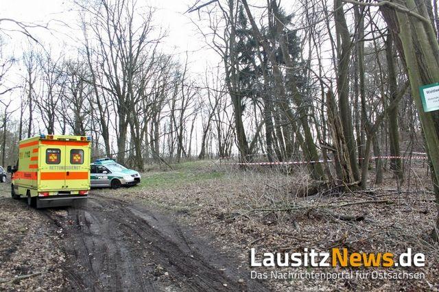 Am Dienstagmittag ereignete sich in einem Waldstück unweit von Boxberg ein Jagdunfall. Dabei erlitt ein 27-Jähriger am Oberschenkel eine Schussverletzung. Nach bisherigen Erkenntnissen löste sich das Projektil unbeabsichtigt aus der Waffe eines 53-jährigen Begleiters. Beide Männer waren gemeinsam auf der Pirsch, um in dem Wald nach Schwarzwild Ausschau zu halten. Die Kriminalpolizei hat die Ermittlungen zu dem Sachverhalt aufgenommen. Der Verletzte kam mit einem Rettungshubschrauber in ein…