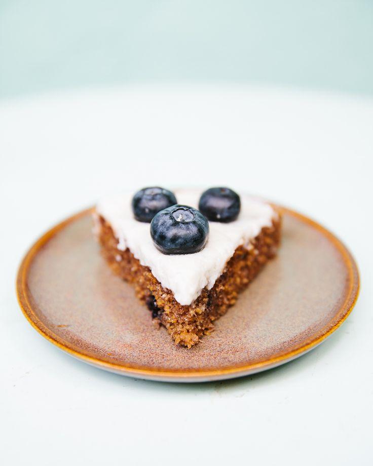 Dieser Kuchen ist im Nu zusammen gerührt, durch den gepufften Amaranth bleibt er locker und liegt allgemein nicht zu schwer im Magen. Also ziemlich perfekt für warme Sommertage. In meiner Variante …