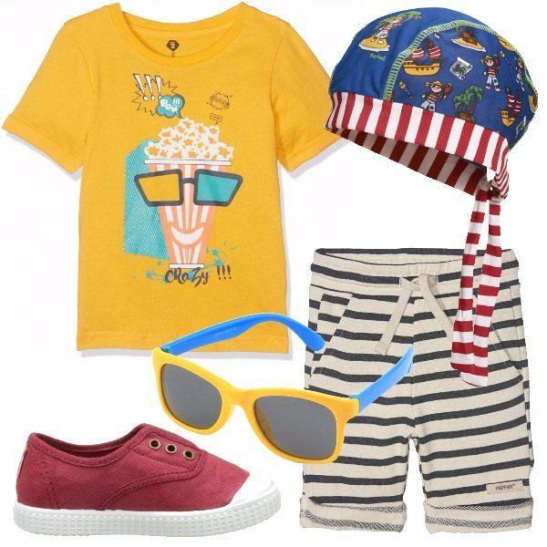Tante righe e tanti colori per questo insieme dai quattro anni in sù, pensato per una giornata di sole. Pantaloncini a righe corti e arrotolati più bandana multicolore e scarpe rosse.