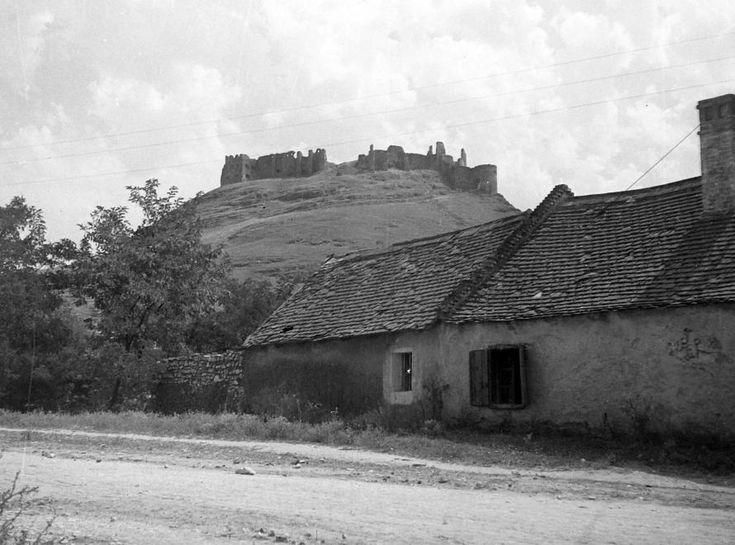Sümeg Vár a Várnagy utcából nézve, 1950. Fotó: Építész