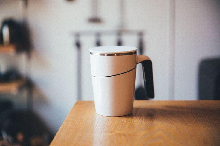 一見してスマートなデザインのマグカップですが、実はコレ、横から押しても倒れにくい、特殊な工夫が施されています。底部に特殊な吸盤を有するマグカップで、テーブルなどのフラットな接地面に置くと、マグカップ本体がピッタリと吸着。…