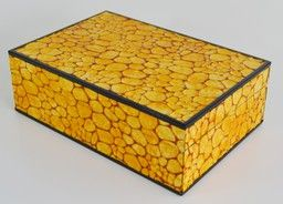 COFANETTO PORTA GIOIE IN PELLE di montone colore giallo trattata a cera calda Lavorazione tecnicamente particolare che lo rende unico Interno rivestito in tessuto floccato Cm. 31,5x21,5x10,5