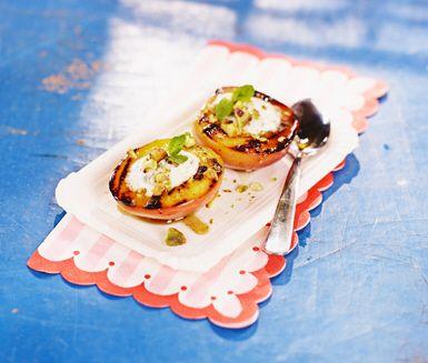 Grillade nektariner med limeyoghurt och mynta blir en fräsch och grön efterrätt! Pensla de grillade nektarinhalvorna med lite honung och servera med limeyoghurten och en nypa grovhackade pistagenötter.