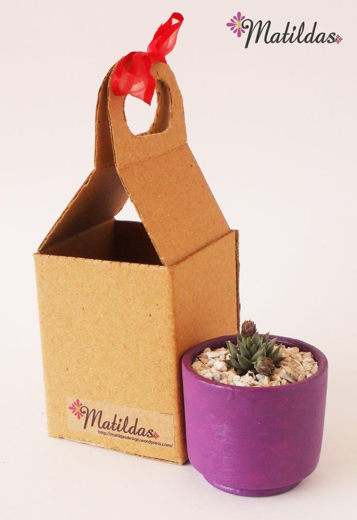 Matilda Tipo 1: Materita morado eléctrico de 5x5,6 cm. con cactus.