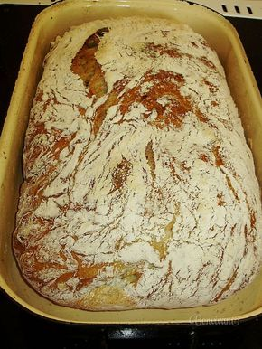"""Tento chlebík volám """"od večera do rána"""", ako v tej pesničke, len mne nevyhráva muzika a nepijem z plného pohára. Vyskúšala som nespočetné množstvo receptov doma upečených chlebov. Inšpirovala som sa hlavne na internete, kde sa skutočne dá vybrať. Tento chlieb, ktorý som si tak strašne obľúbila je niečo medzi ciabattou a chlebom pečeným v peci. Pripravuje sa bez miesenia a veľmi jednoducho."""