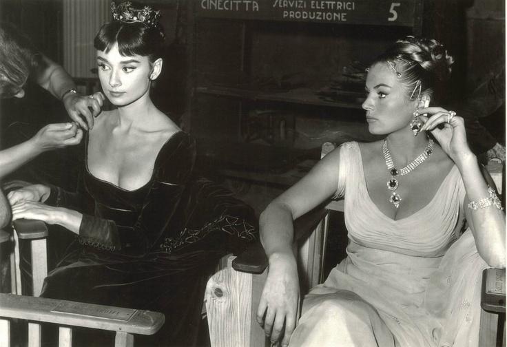 Audrey Hepburn e Anita Ekberg in Gattinoni  durante una pausa sul set ,Roma 1956