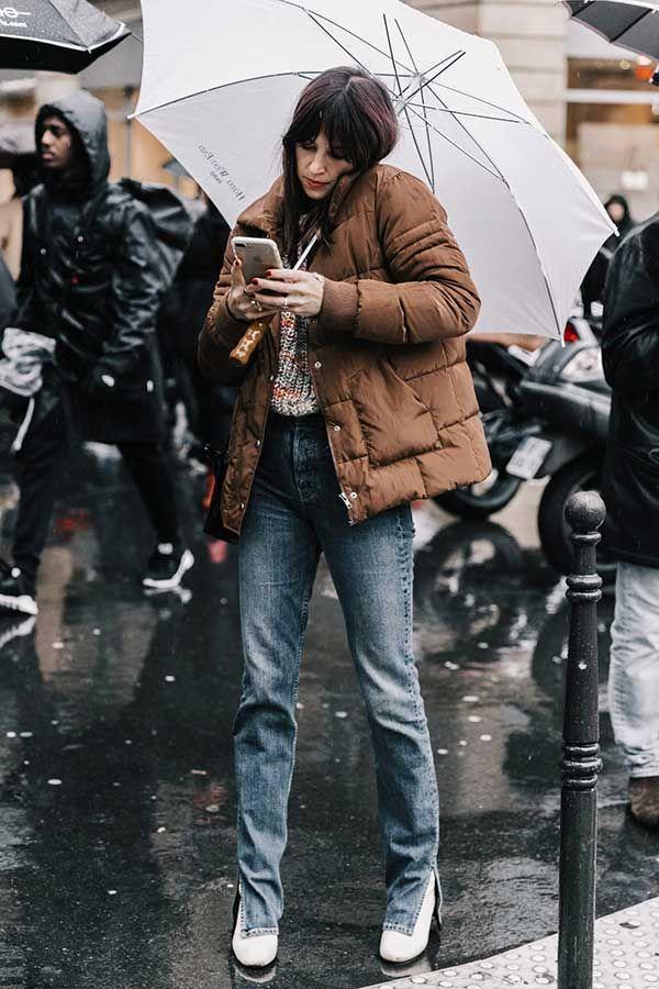 Look de dia chuvoso com jeans + casaco de nylon.