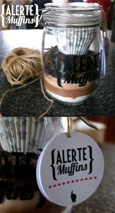 12 muffins - 115 g de farine/1 cuillère à café de levure/60 g de sucre/60 g de cassonade/100 g de cacao en poudre/75g de pépites de chocolat noir/50g de copeaux de chocolat au lait - Imprimez les instructions suivantes : Préchauffez votre four à 180°C/Versez le contenu du bocal dans un saladier/Ajoutez 2 oeufs, 115 g de beurre, 3 càS de lait/Remplissez les caissettes en papier/Posez-les dans un moule à muffins/Enfournez 18 minutes à 180°C