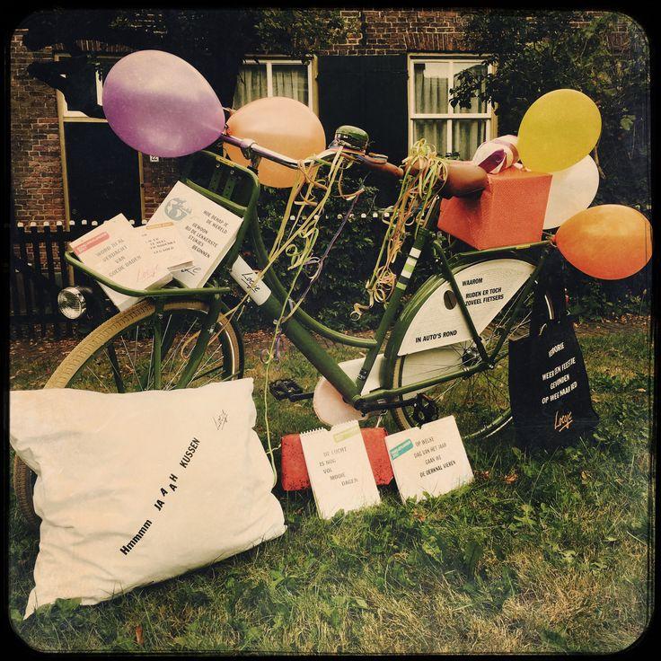 Welke van deze cadeautjes wil jij graag winnen? Loesje verloot onder haar donateurs deze cadeautjes. Het zijn allemaal Loesje-producten, zoals de Loesje-scheurkalender. Maar ook de allerallerlaatste Loesje-fiets. Doneren kan via deze website: http://www.whydonate.nl/loesje-posters/project/