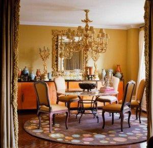Klassiek, barok interieur maar door het plafond, de kleur oranje en het ronde vloerkleed een postmoderne vormgeving.